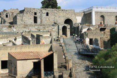 """Porta Marina – Brama Morska, obecne wejście na teren wykopalisk od strony stacji kolejki Circumvesuviana """"Pompei Scavi – Villa dei Misteri"""". Był to wjazd do miasta od strony morza, którego brzeg w starożytności był znacznie bliżej"""