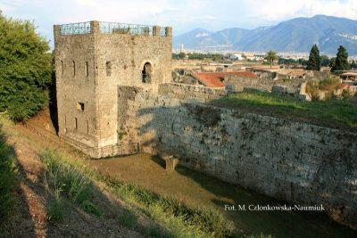 Wieża XI i mury miejskie, widok od północy z trasy dla zwiedzających wzdłuż murów. Wieże były pokryte białym tynkiem imitującym duże kamienne bloki