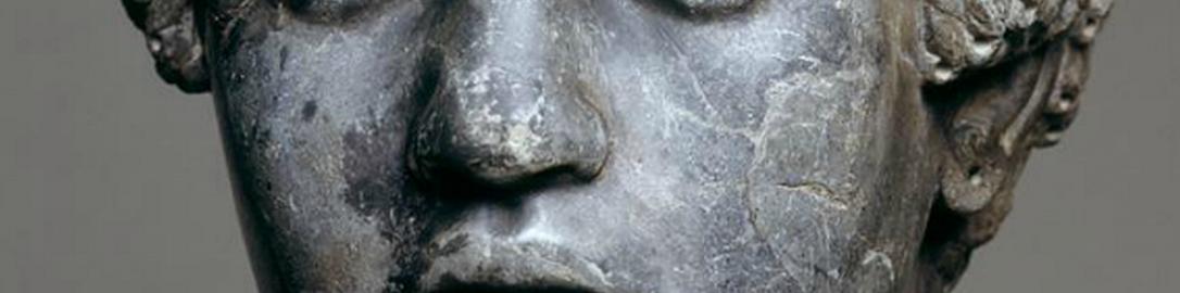 Antyczna rzeźba ukazująca młodzieńca z Afryki