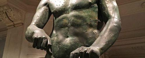 Grecka rzeźba Apoksyomenos ukazująca atletę w trakcie oczyszczania skóry przy pomocy strigila