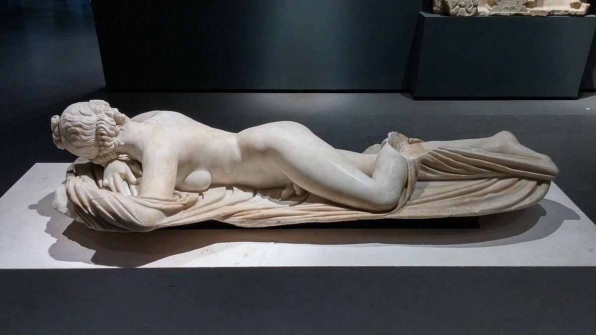 Rzymska kopia greckiego dzieła ukazującego śpiącą Hermafrodytę