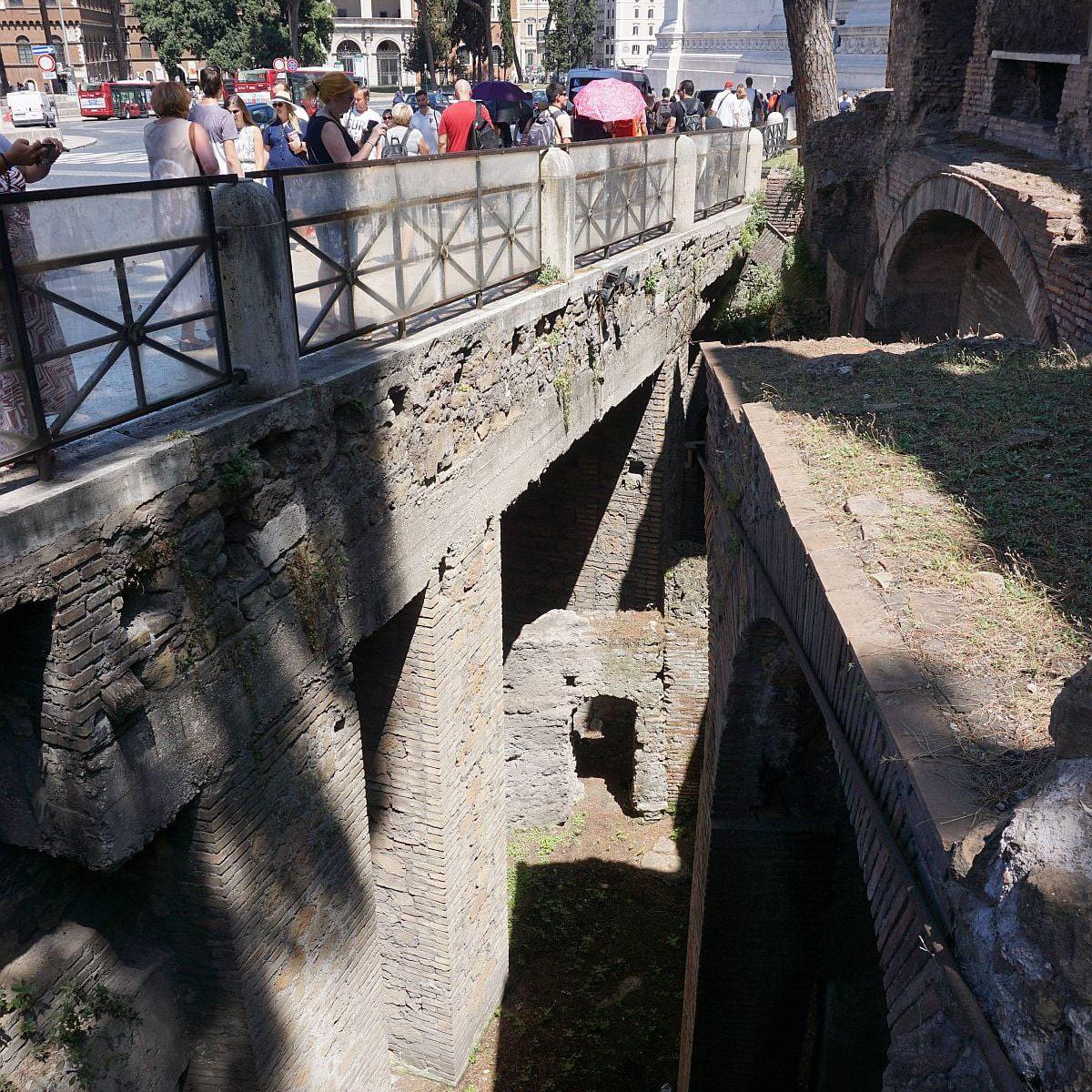 Insula Ara Coeli and the modern road level