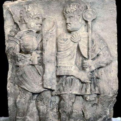 Relief rzymski ukazujący legionistę i signifera podczas marszu