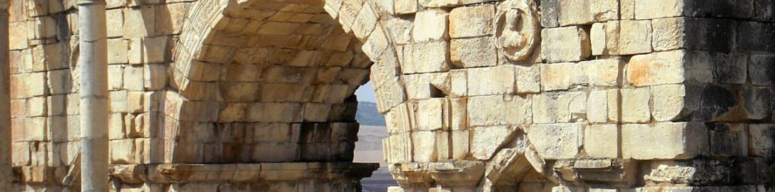 Ruiny łuku Karakalii w stolicy Mauretanii Tingitany Volubilis