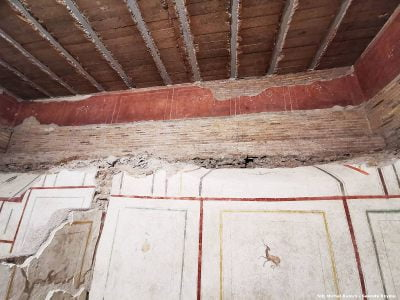 Czerwony pas fresków niżej to ruiny dawnego praetorium kwatery dowódcy obozu gwardii cesarskiej