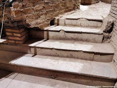 Marmurowe stopnie są jednym z nielicznych kamiennych elementów dekoracyjnych, jakie się zachowały