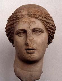 Głowa Afrodyty z Aten z ułamanym nosem i krzyżem na podbródku i czole