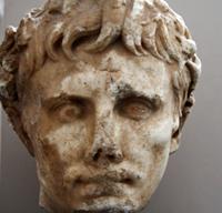 Głowa Augusta z krzyżem na czole