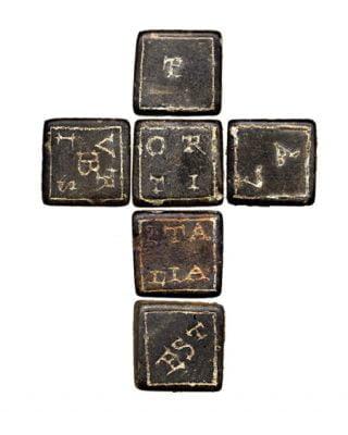 Kostka z oznaczeniami literowymi i słownymi. Datowane na II w. n.e.