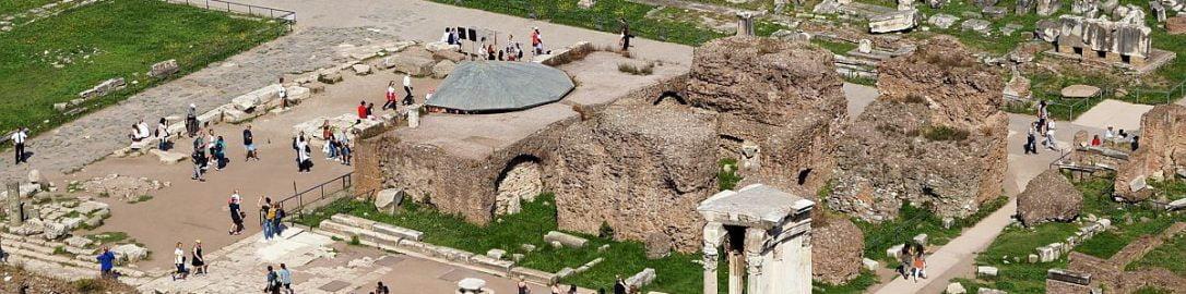 Widok na ruiny świątyni Boskiego Cezara na Forum Romanum w Rzymie