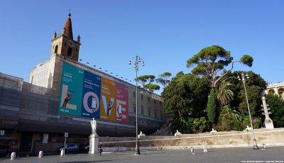 Rzym, bazylika Santa Maria del Popolo. Od dłuższego czasu fasada kościoła jest niestety osłonięta rusztowaniami. Ponoć właśnie w tym miejscu znajdował się grobowiec rodziny Domicjuszów, w którym pochowano Nerona.