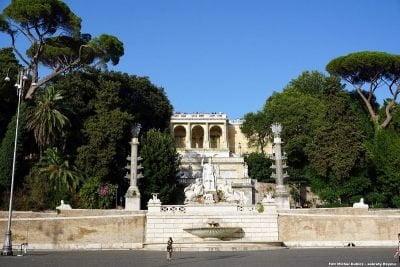 Rzym, zbocze Pincio przy Piazza del Popolo. Dawniej wzgórze to zwane było Collis Hortorum - Wzgórzem Ogrodów. Jak widać - zielony charakter zachowało do dzisiaj. Właśnie na zboczu tego wzgórza (w miejscu częściowo zajętym przez bazylikę Santa Maria del Popolo) miał się znajdować grobowiec Domicjuszów.
