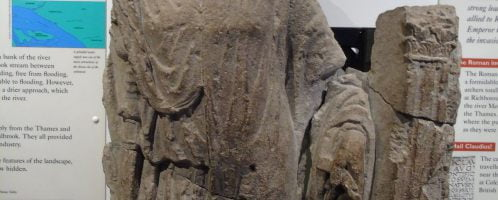 Wyrzeźbiona sylwetka żołnierza rzymskiego