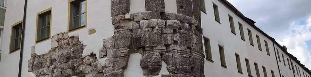 Ruiny rzymskiego fortu wbudowane we współczesny budynek